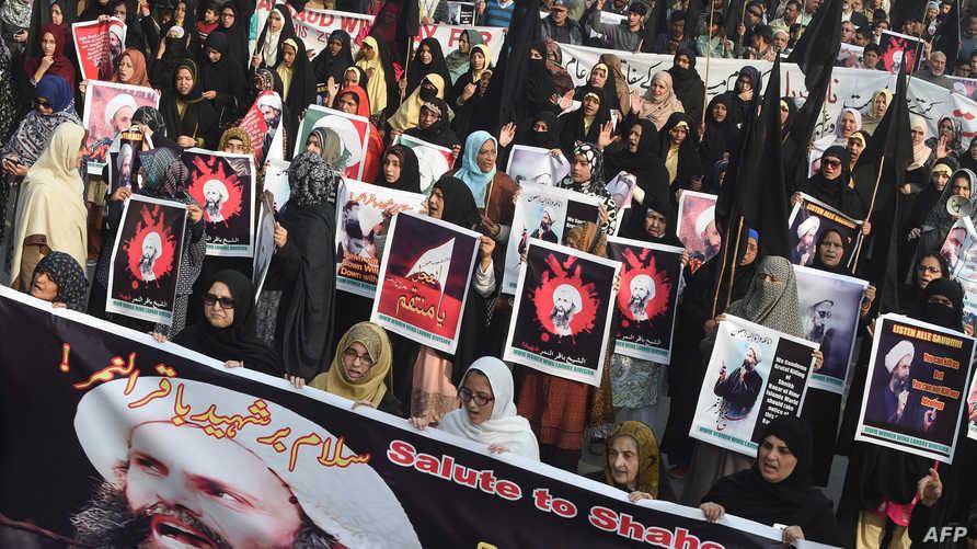 متظاهرات يرفعن صور النمر خلال احتجاجات في لاهور