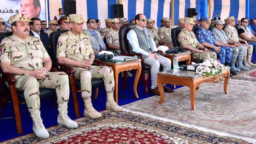 الرئيس المصري عبد الفتاح السيسي أثناء حضوره التدريب العسكري