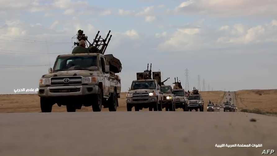 صورة ملتقطة من فيديو تظهر تقدم قوات حفتر في إحدى الطرق