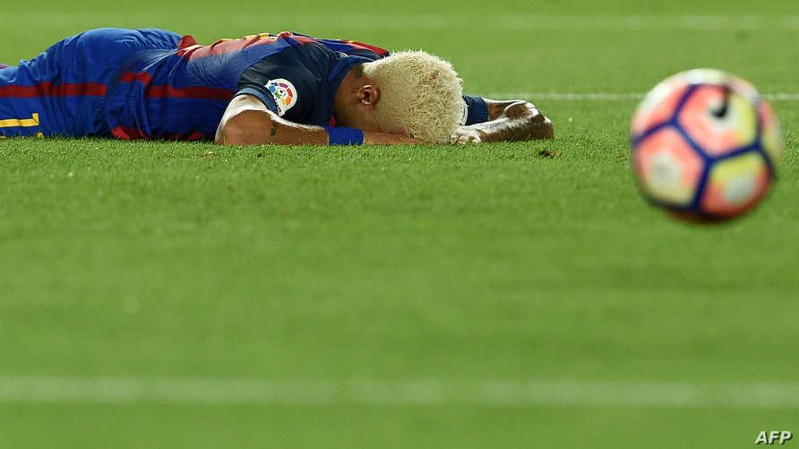 لاعب نادي سان جيرمان الفرنسي، برشلونة سابقا نيمار ممدا على العشب ـ أرشيف