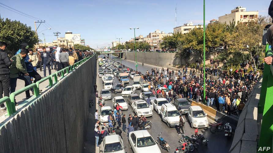 متظاهرون إيرانيون يحتجون على الطريق العام بمدينة أصفهان - 16 نوفمبر 2019