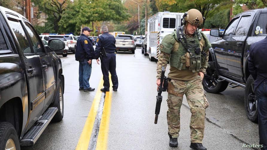 """أحد عناصر الأمن في موقع إطلاق النار قرب كنيس """"شجرة الحياة"""" في مدينة بيتسبرغ"""