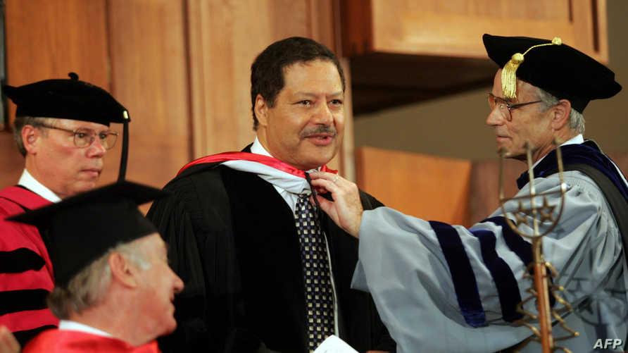 الراحل أحمد زويل لدى تسلمه شهادة دكتوراه فخرية من الجامعة الأميركية في بيروت عام 2005