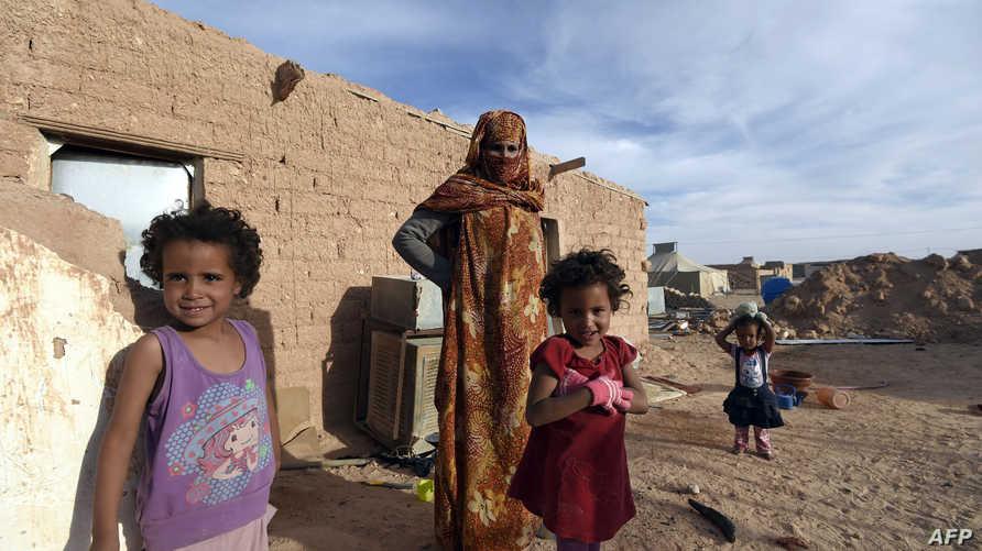 امرأة صحراوية وأطفالها في مخيم سمارا للاجئين في تندوف الجزائرية