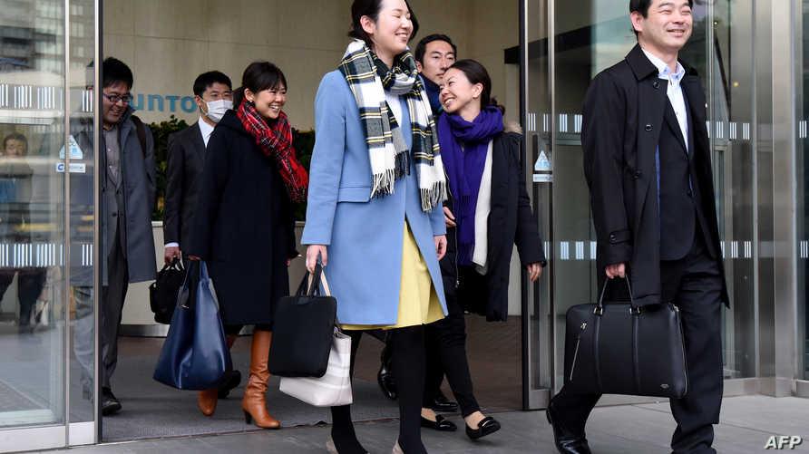موظفون يابانيون يغادرون مقر عملهم