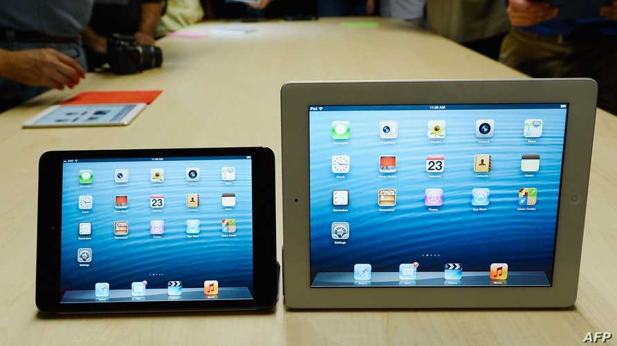 جهاز آيباد 4 اللوحي (يمين) وآيباد ميني