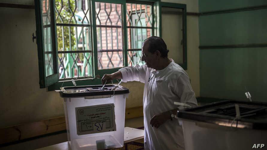مصري يدلي بصوته في الانتخابات البرلمانية