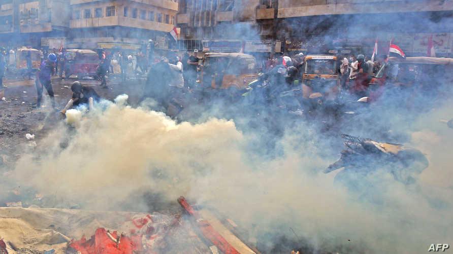 دخان القنابل المسيلة للدموع في ساحة الخلاني في بغداد حيث تجمع المتظاهرون