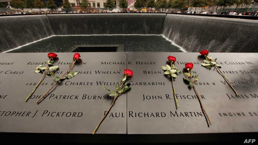 ورود حمراء في النصب التذكاري الذي يخلد  ضحايا هجمات أيلول/ سبتمبر في نيويورك