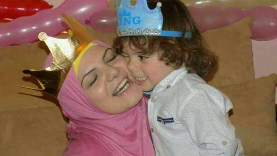 فاطمة حمزة وطفلها (الصورة من حملة #مع_فاطمة_ضد_المحكمة_الجعفرية)