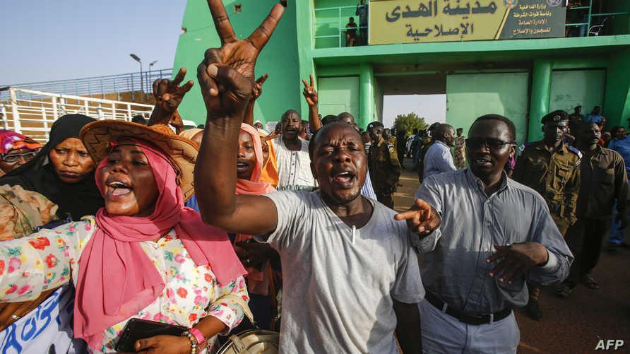 سوداني يلوح بعلامة النصر خارج سجن إثر الإفراج عن عناصر من حركة جيش تحرير السودان