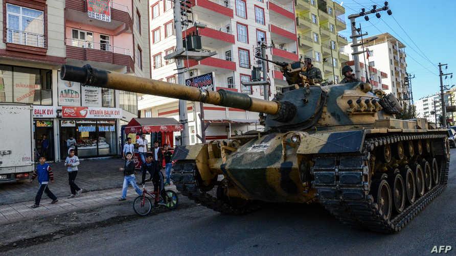 دبابة تركية تسير في شوارع سيلفان ذات الأغلبية الكردية بعد مواجهات مسلحة