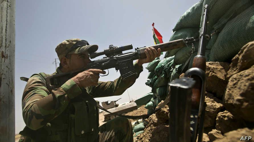 أحد عناصر قوات البشمركة التي تحمي مدينة كركوك من زحف داعش
