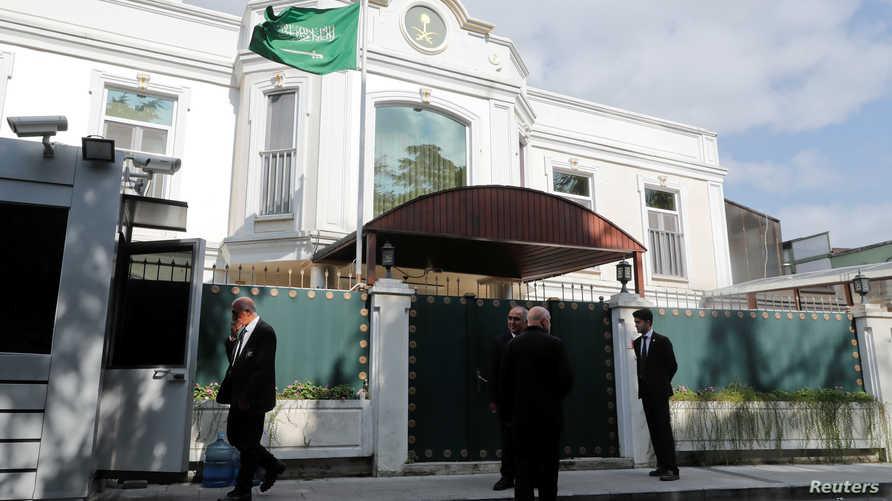 مسؤولو أمن أتراك أمام مقر إقامة القنصل السعودي في إسطنبول