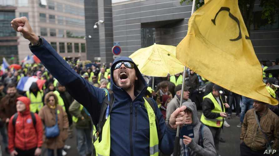 أحد المتظاهرين في باريس