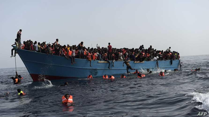 مهاجرون غير شرعيون بانتظار إنقاذهم قبالة السواحل الليبية في 4 تشرين الأول/أكتوبر
