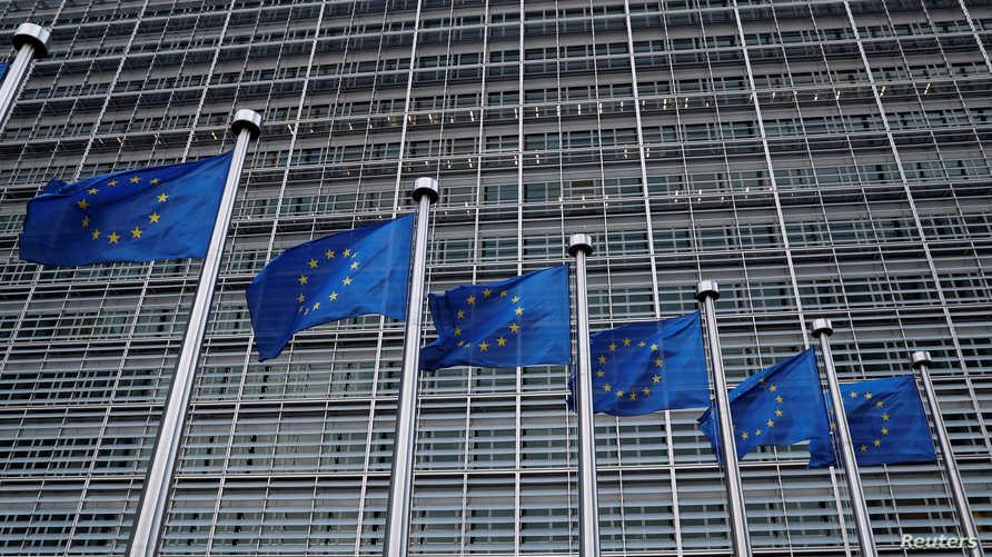أعلام الاتحاد الأوروبي أمام مقر المفوضية الأوروبية في بروكسيل