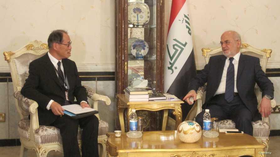 السفير الياباني في العراق فوميو إيواي ووزير الخارجية العراقي إبراهيم الجعفري