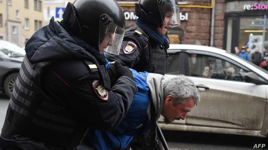 اعتقال أحد المشاركين في التظاهرة بموسكو