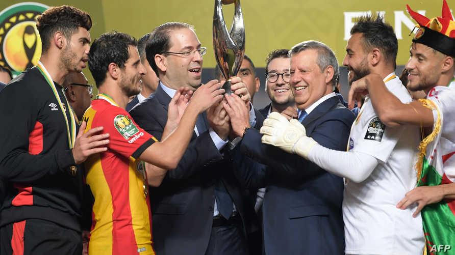 رئيس الوزراء التونسي، يوسف الشاهد يحتفل مع لاعبي المنتخب