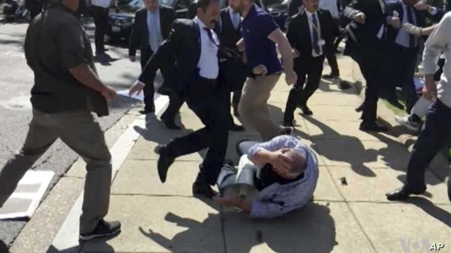 جانب من الاعتداءات على المحتجين