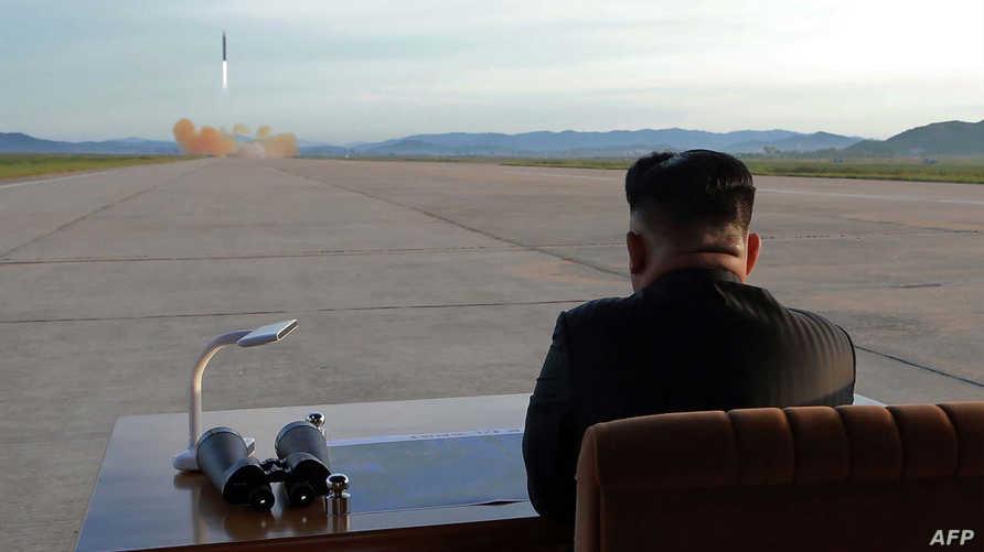 كيم يتابع إحدى التجارب الصاروخية- أرشيف