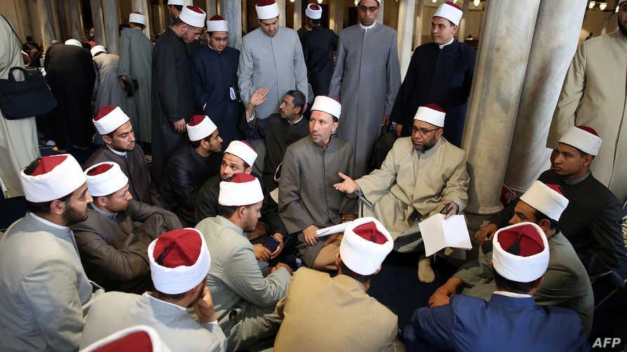 رجال دين يتحدثون داخل جامع الأزهر