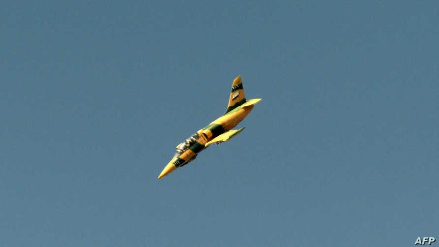 طائرة حربية سورية تحلق فوق مدينة حلب، أرشيف
