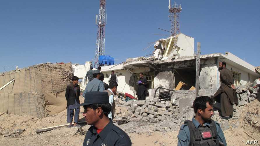 أفراد من الشرطة الأفغانية في موقع هجوم انتحاري سابق في هلمند