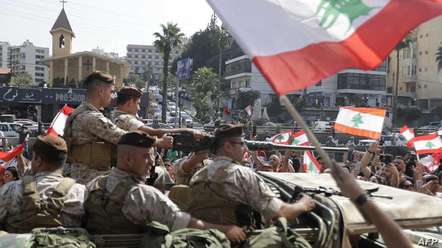 الجيش اللبناني بين المتظاهرين في الطريق الواصل بين بيروت وذوق مصبح - 19 أكتوبر 2019