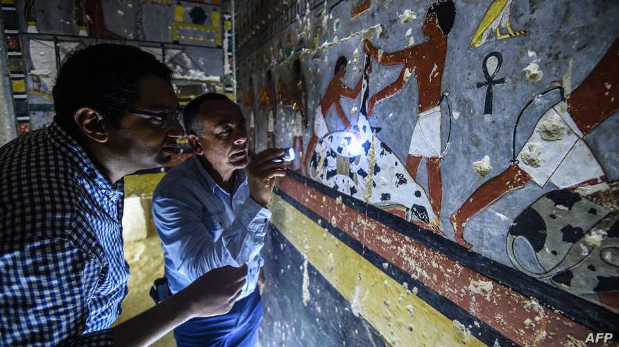 """محمد مجاهد، رئيس البعثة المصرية التي اكتشفت مقبرة """"خيوي"""" النبيل الفرعوني من عصر الأسرة الخامسة (2494 ـ 2345 قبل الميلاد)، يتفحص جدران المعبد"""