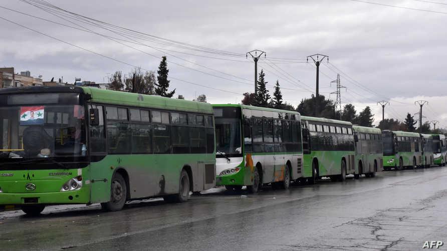 حافلات تنتظر إجلاء المدنيين من شرق حلب