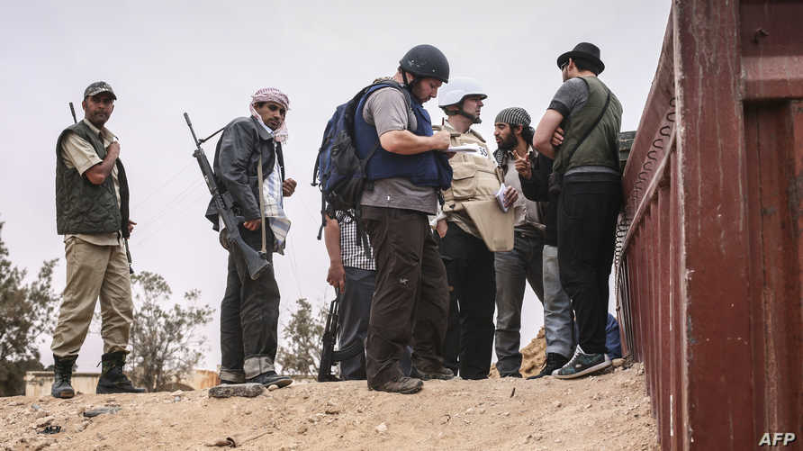 الصحافي ستيفن سوتلوف (يرتدي الخوذة) في ليبيا عام 2011