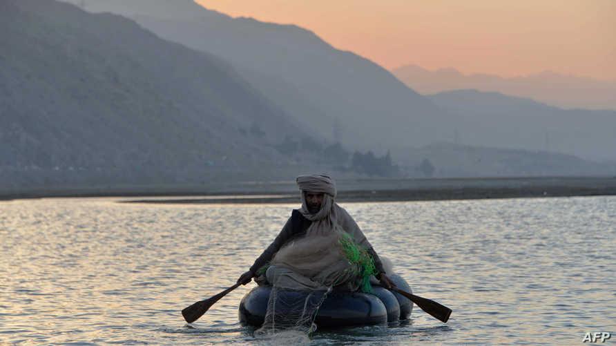 صياد أفغاني في نهر كابول