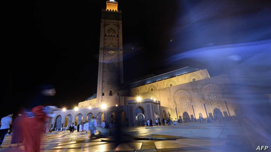 مغاربة في مسجد الحسن الثاني في الدار البيضاء لإحياء ليلة القدر
