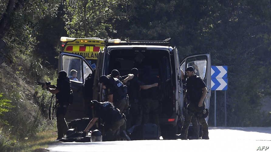 الشرطة الكتالونية في موقع إطلاق النار على المشتبه به يونس أبو يعقوب