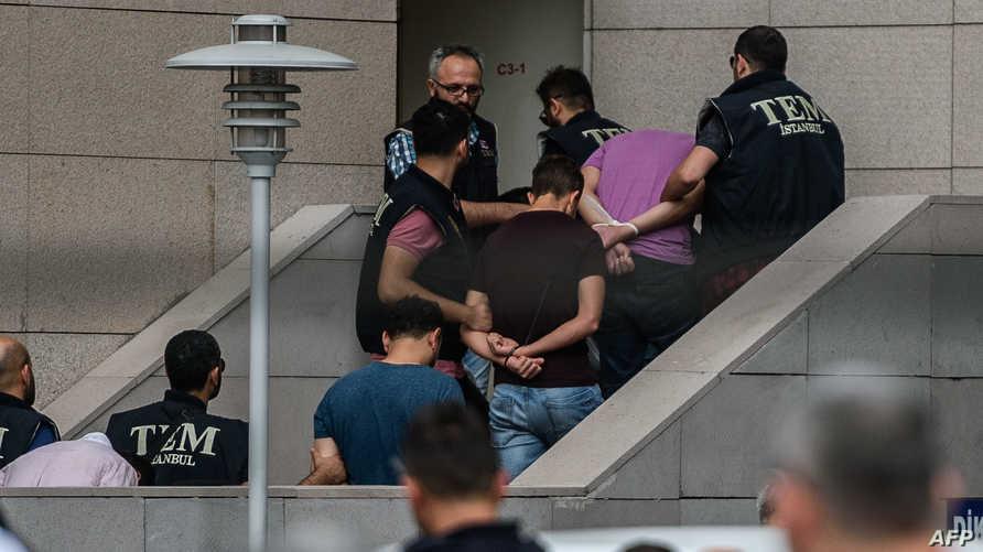 جنود أتراك متهمون بالمشاركة في محاولة الانقلاب يصلون إلى قصر العدالة في إسطنبول