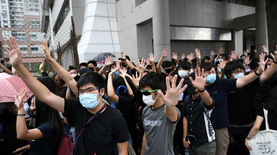 متظاهرون أمام المحكمة التي يمثل أمامها زملاء لهم بتهمة انتهاك قرارا منع ارتداء الأقنعة