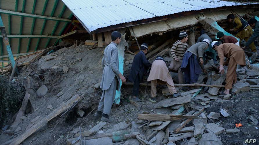 مواطنون أفغان يتفقدون آثار الدمار الذي خلفه الزلزال
