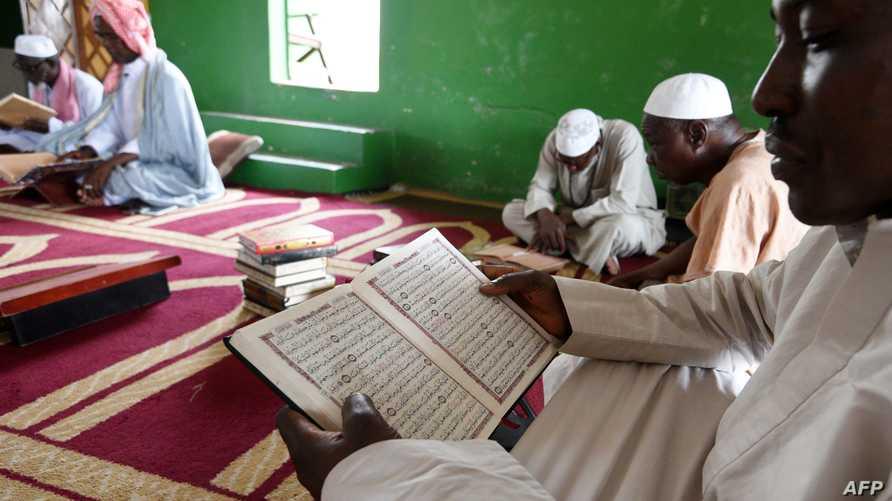يقرأون القرآن بعد صلاة الجمعة خلال شهر رمضان في أحد مساجد أبيدجان