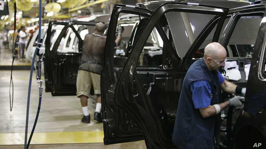 عمال في مصنع لسيارات فورد في ولاية ميشيغن- أرشيف