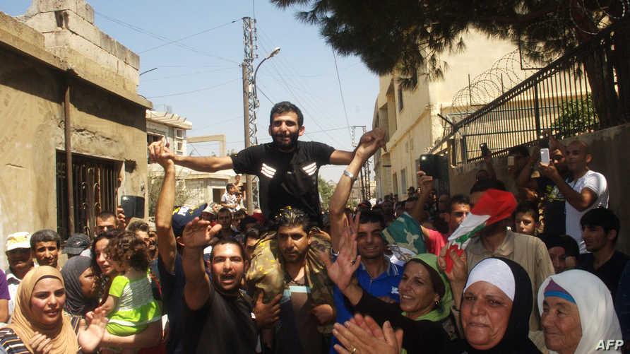 أحد الجنود اللبنانيين بعد إطلاق سراحه من قبل جبهة النصرة