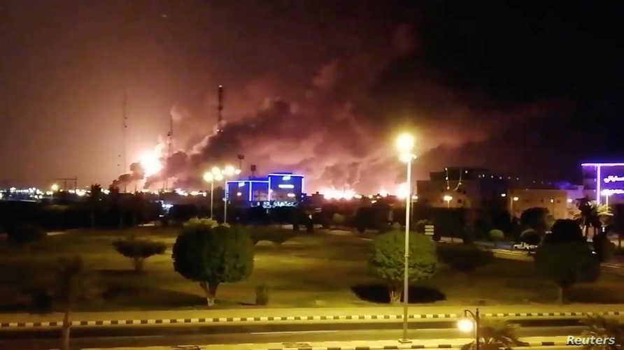 دخان يتصاعد من منشأة تابعة لأرامكو في بقيق في السعودية