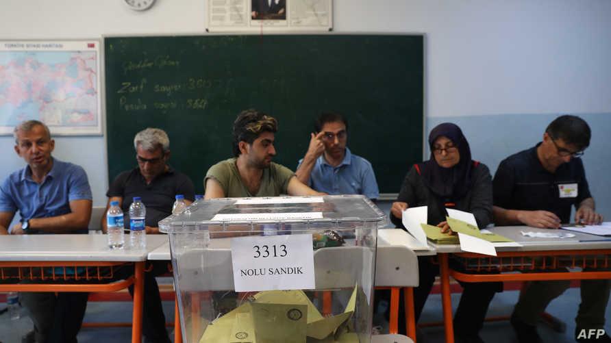 موظفون في أحد صناديق الاقتراع في اسطنبول