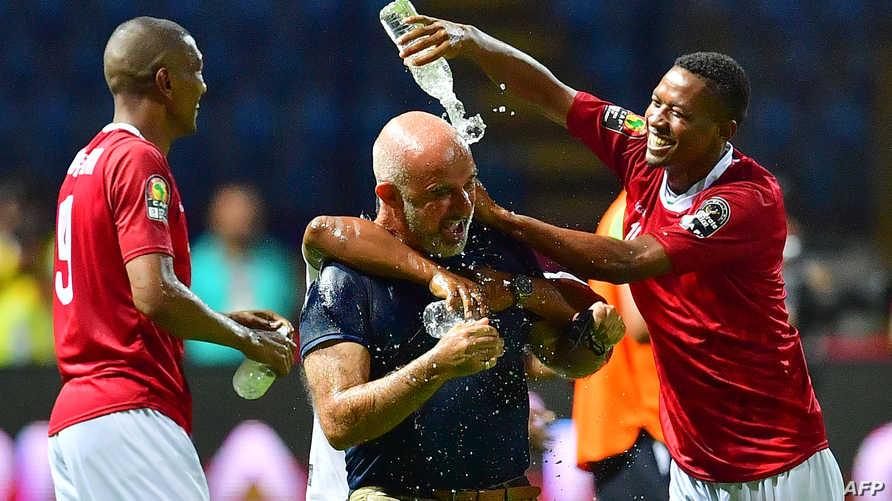 لاعبو منتخب مدغشقر يحتفلون بفوزهم على نيجيريا بصب الماء على رأس مدربهم