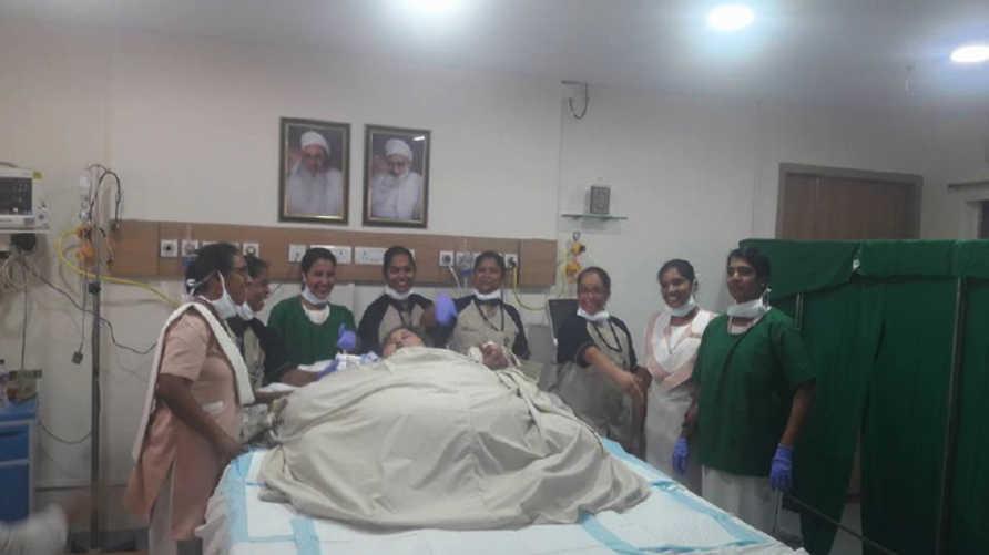 إيمان مع الفريق الطبي الهندي في المستشفى
