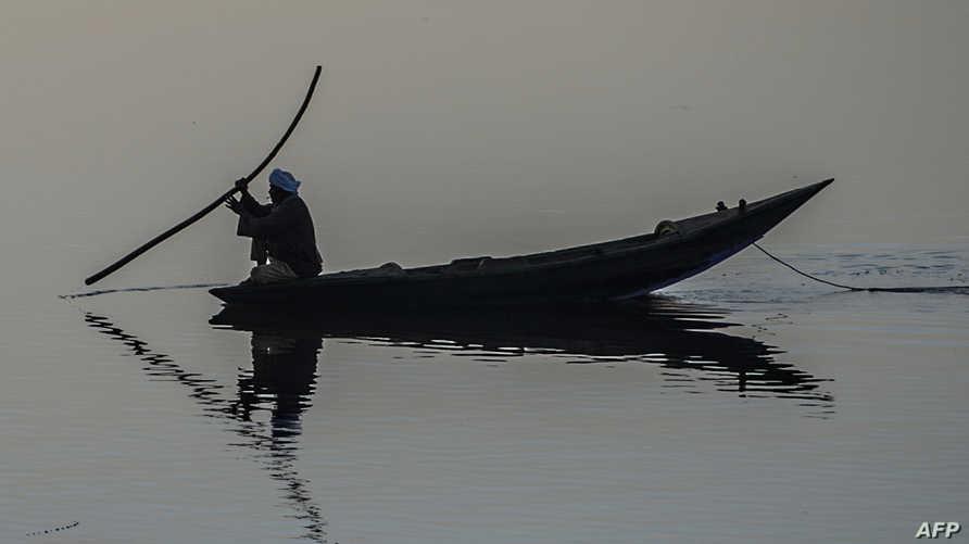 صياد مصري بالقرب من بلدة أبو شوشة في قنة جنوب الصعيد