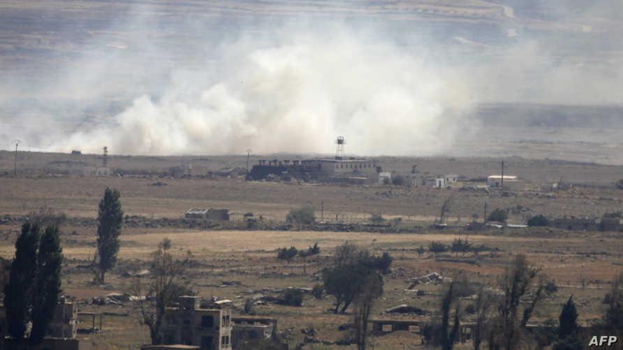 الدخان يتصاعد عقب انفجار في القنيطرة خلال معارك بين القوات النظامية وقوات المعارضة- أرشيف