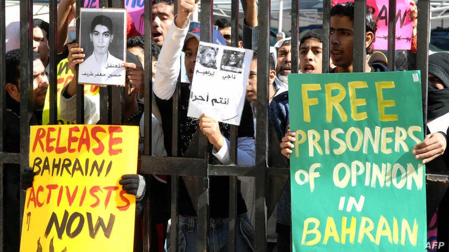لافتات للمطالبة بإطلاق سراح سجناء في البحرين-أرشيف