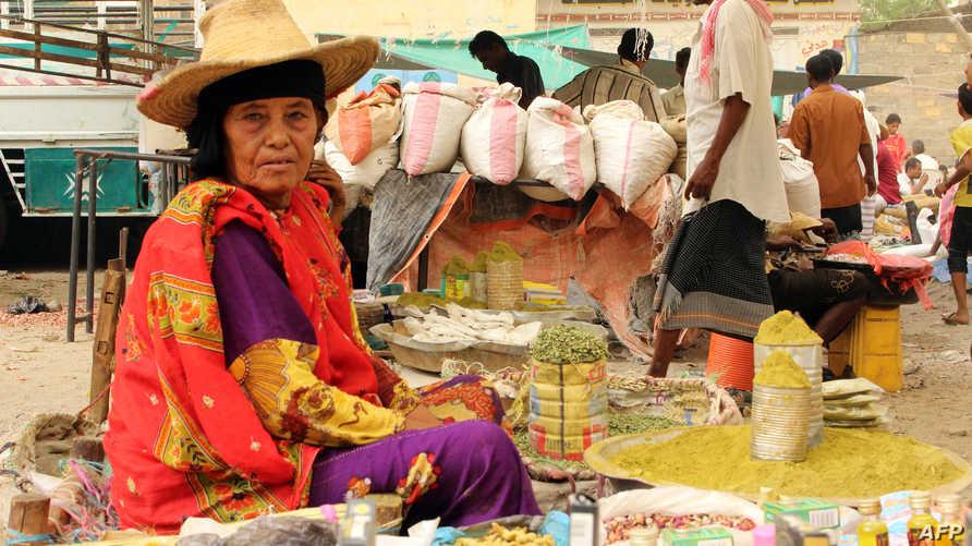 سيدة يمنية تبيع الحنة ومنتجات أخرى في محافظة حجة